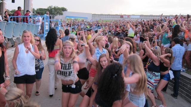 salsa-lessons-dallas-sundays-pitbull-concert-pics-dallas-2013 034